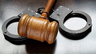 Un avocat din Cahul, reţinut de ofiţerii CNA. Acesta ar fi pus în aplicare o schemă de deposedare de apartamente a unor locuitori din oraș