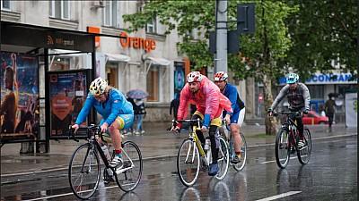 Pe biciclete, chiar și prin ploaie! Peste 400 de sportivi s-au întrecut la două curse de ciclism, desfășurate în Capitală