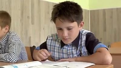 Istoria care nu te poate lăsa indiferent! Cristian, un băiețel de 12 ani din Sireți, vinde verdețuri pentru a-și ajuta mama