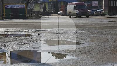 Lucru de mântuială în Capitală Nordului. Drumarii din Bălți au astupat gropile de pe străzile orașului cu moloz, țărână, prundiș și asfalt utilizat
