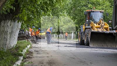 Angajații Exdrupo au început reparaţia drumurilor pe cinci străzi concomitent. Drumarii astupă gropile din curţile blocurilor de locuit