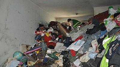 O bătrână din Capitală şi-a transformat apartamentul într-o groapă de gunoi! Din ce cauză femeia şi-a umplut locuinţa cu deşeuri adunate de pe străzile orașului