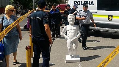 În fața primăriei Chișinău a apărut o sculptură asemănătoare cu a băiețelului din Bruxelles, care urinează într-o fântână. Cui i-a fost dedicată