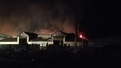 Incendiu devastator în preajma autogării din oraşul Străşeni. Focul a mistuit o suprafaţă de 1.500 de metri pătraţi