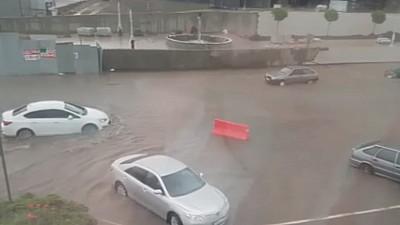 În mijlocul potopului. O ploaie torenţială în orașul rusesc Krasnodar a paralizat traficul rutier, feroviar şi aerian