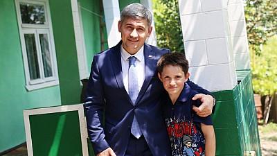 Cristian, copilul de 12 ani care vinde verdețuri pentru a-și ajuta mama bolnavă, vizitat de Alexandru Jizdan