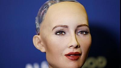 Imaginea zilei: România a acordat în premieră mondială un card de credit robotului umanoid Sophia