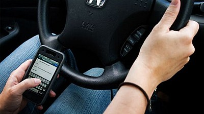 REGULI NOI LA VOLAN! Şoferii care scriu mesaje sau navighează pe Internet în timp ce conduc VOR FI AMENDAŢI