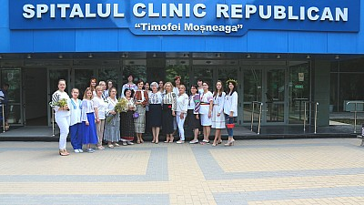 În ajunul Zilei Naționale a Portului Popular, mai mulţi medici au renunţat la halatele albe și au îmbrăcat costume populare
