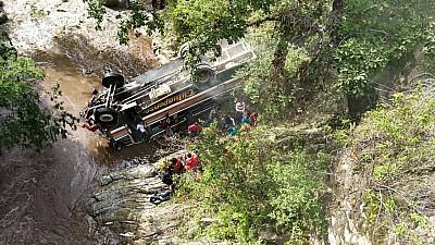 Tragedie în Guatemala! Un autobuz cu 55 de studenți s-a prăbușit într-o prăpastie. Cel puţin 8 persoane au murit