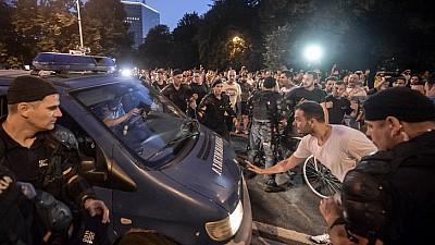 PROTEST VIOLENT la București! Manifestanţii au forţat cordonul de jandarmi