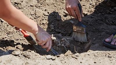 DESCOPERIRI impresionante în sudul Moldovei. Arheologii au găsit 17 morminte care ar fi aparținut unui popor de acum 4.000 de ani