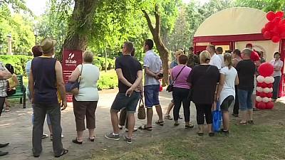 ZIUA DONATORULUI DE SÂNGE. Zeci de moldoveni au mers la punctele de colectare din Chișinău, Bălți și Cahul pentru a dona sânge
