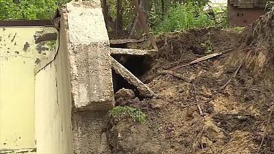 O familie cu doi copii minori din Durlești au rămas pe drumuri, după ce un zid de susținere de lângă blocul în care locuiau s-a surpat