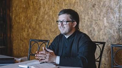 NU VA PUTEA OFICIA SLUJBE! Preotul Maxim Melinte, acuzat de susţinerea comunităţii LGBT
