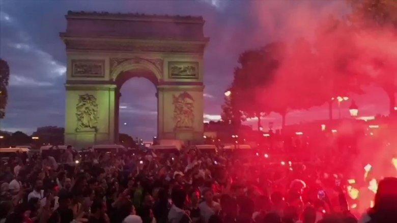 Haos pe faimosul bulevard Champs-Elysees din Paris. Microbiştii francezi s-au luat la bătaie cu poliţiştii