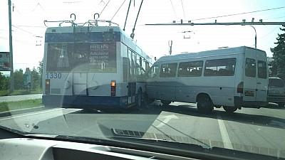 Accident în Capitală. Un microbuz de pe linia 166 s-a lovit cu un troleibuz