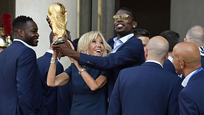 CAMPIOANA a revenit acasă! Fotbaliştii francezi au fost aclamaţi de mii de fani chiar pe Aeroport