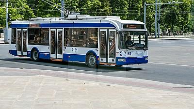 Primele troleibuze cu aer condiţionat, asamblate la Chişinău. Angajaţii RTEC au însuşit procesele tehnologice de montare a acestora de la colegii din Belarus
