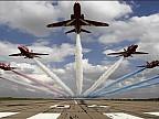 Imaginea zilei: Airshow pe aeroportul internațional din Farnborough, Anglia. La eveniment au fost expuse și mașini zburătoare
