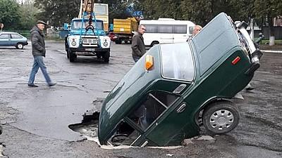 Un şofer din Ucraina a căzut cu maşina într-o groapă uriaşă. Incidentul s-a produs în timp ce bărbatul circula pe o stradă din oraşul Kiev