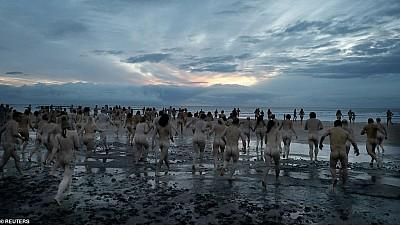 S-au scăldat goi puşcă în mare. 600 de oameni din nordul Angliei au participat la o acţiune caritabilă