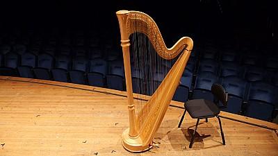 Concert în aer liber în Capitală. Acesta a fost susţinut de două harpiste şi un flautist