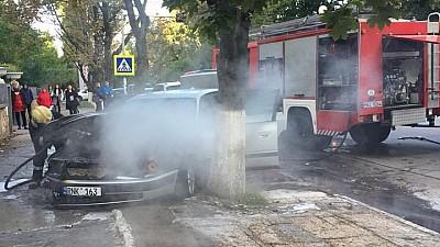 Dimineaţă cu ghinion pentru un şofer din Capitală! I-a luat foc mașina pe strada Florilor din sectorul Râşcani