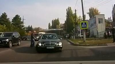 La un pas de tragedie. Un bărbat din Capitală, cât pe ce să fie lovit de un automobil pe o trecere de pietoni din sectorul Ciocana al Capitalei